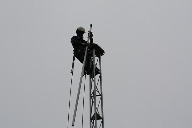 Montage des antennes sur le pylône - Site du Radio Club F6KFT